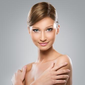 A mulher de aparência natural está feliz com sua beleza