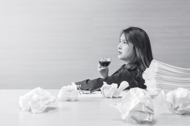 A mulher de funcionamento senta-se para beber o café com emoção de pensamento