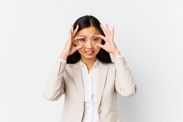 A mulher de negócio chinesa nova isolou-se mantendo os olhos abertos para encontrar uma oportunidade de sucesso.