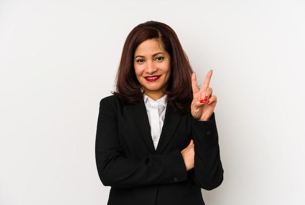 A mulher de negócio latin da idade média isolou mostrar o número dois com dedos.