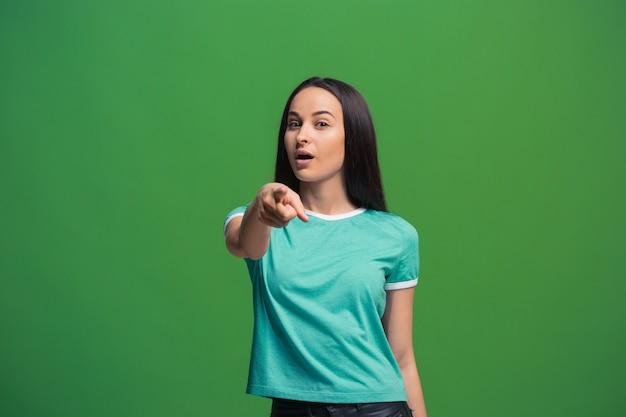 A mulher de negócios feliz apontar e quero você, retrato de closeup de metade do comprimento em verde.