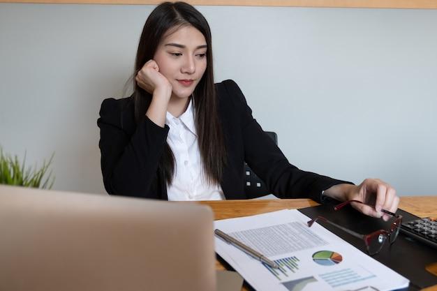 A mulher de negócios feliz ou o sorriso do contador e aprontam-se para o trabalho mais duramente.