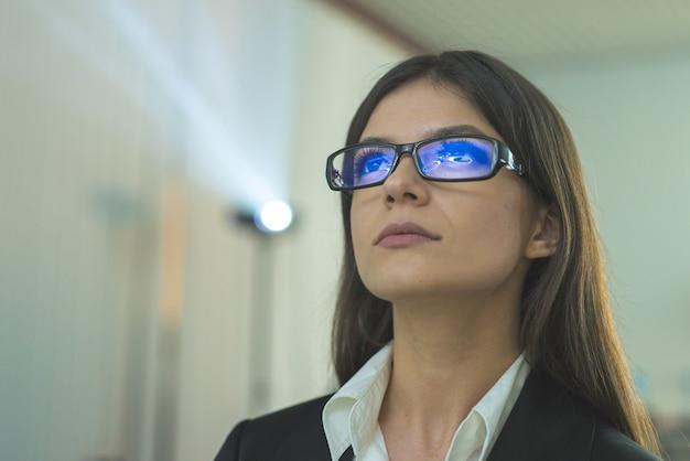 A mulher de óculos no contexto do projetor