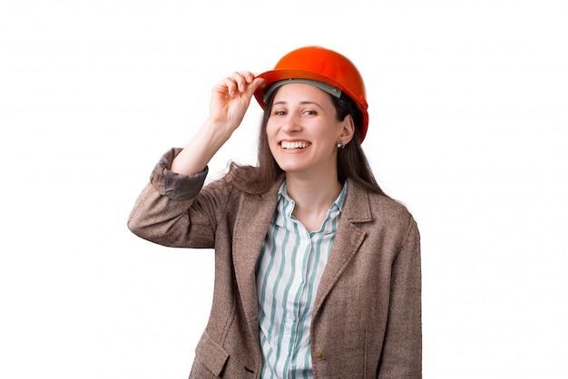 A mulher de sorriso larga gosta de vestir um capacete de segurança no fundo branco.