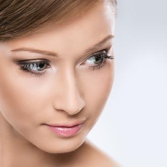 A mulher de vista natural aprecia sua beleza