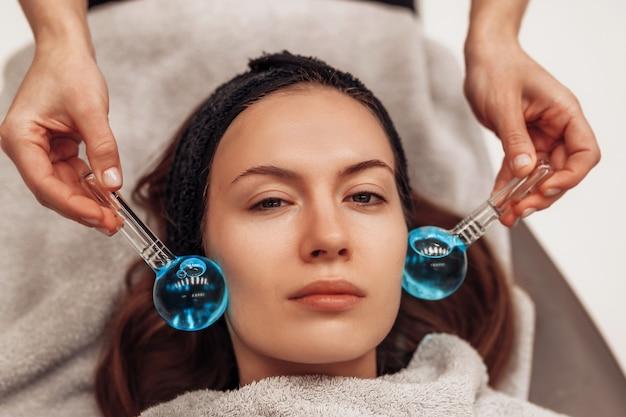 A mulher é massageada rosto e corpo.