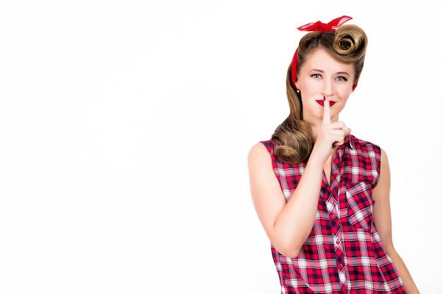 A mulher engraçada do pin-up diz quieto