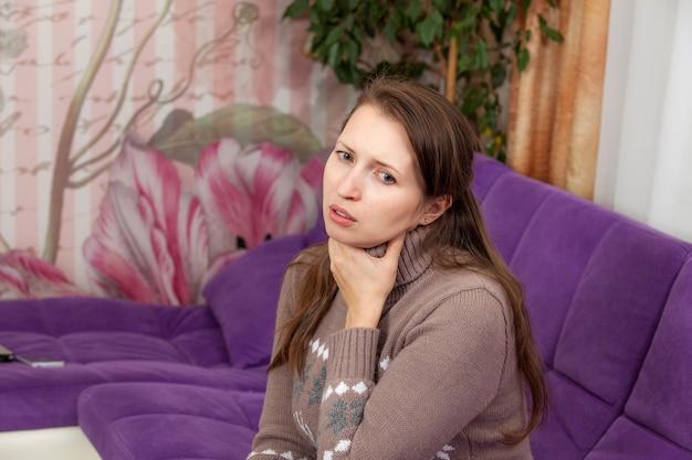 A mulher está com dor de garganta