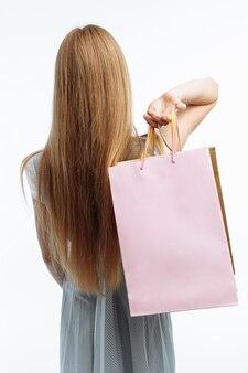 A mulher está com sacos de presente nas costas