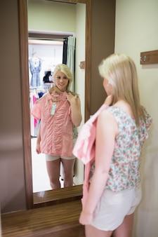 A mulher está olhando no espelho
