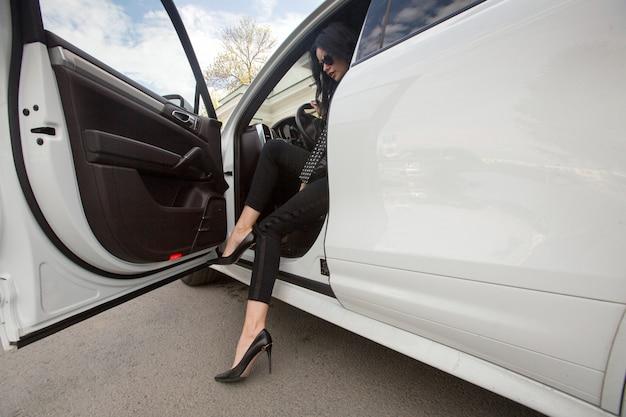 A mulher está saindo do carro