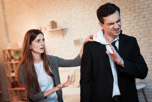 A mulher está zangada porque o marido é infiel à esposa.