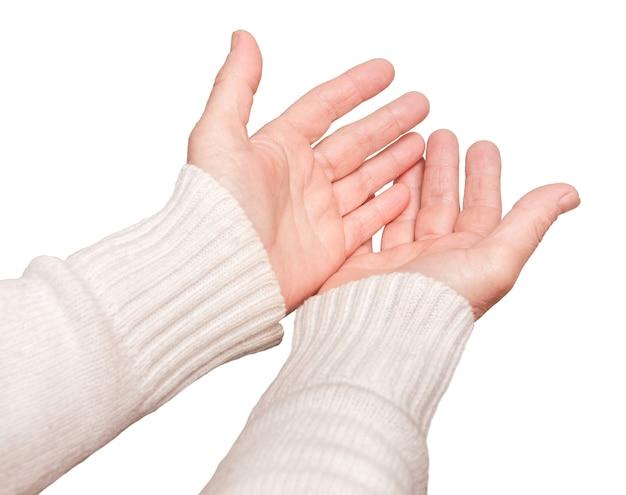 A mulher estende as mãos em oração e em pedido