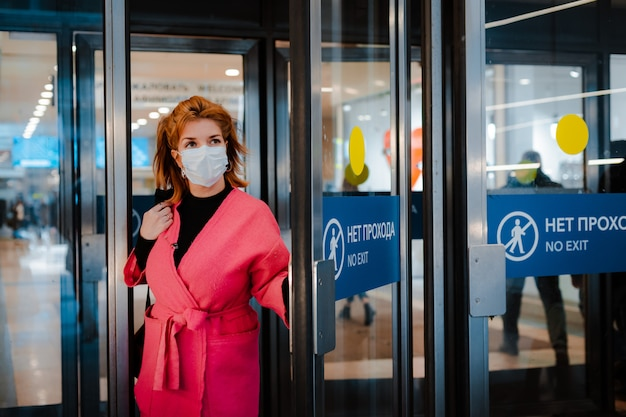 A mulher européia usa uma máscara cirúrgica protetora contra doenças infecciosas que protege contra resfriados e gripes.