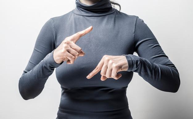 A mulher fala pessoas surdas da linguagem gestual.