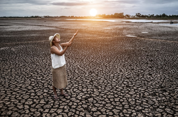 A mulher ficou olhando o céu e pediu chuva no tempo seco, aquecimento global
