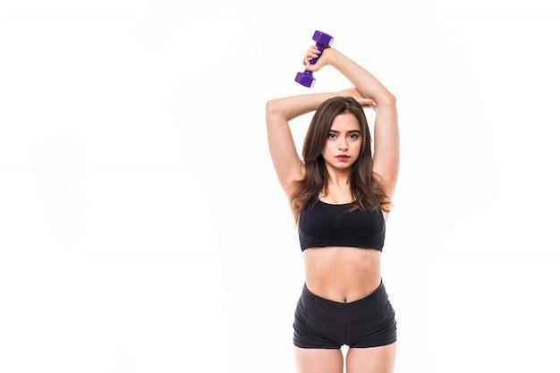 A mulher forte do esporte vestida no sportswear preto trabalha em seu conceito do gym da aptidão do corpo