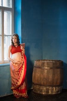 A mulher grávida com tatuagem de henna