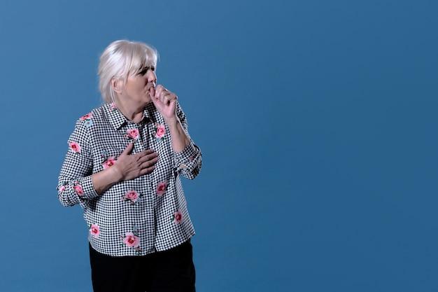 A mulher idosa está tossindo