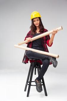 A, mulher jovem, engenheiro, com, amarela, capacete segurança