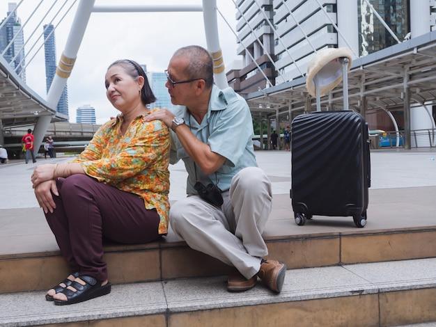 A mulher mais velha está zangada com o homem mais velho