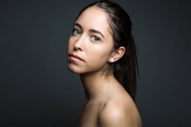 A mulher nova com o rosto da beleza. isolado no branco.