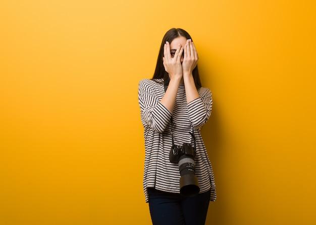 A mulher nova do fotógrafo sente-se preocupada e assustada