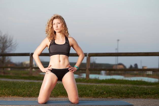A mulher pilates exercita a aptidão