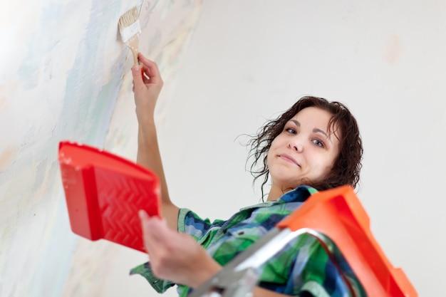 A mulher pinta em casa