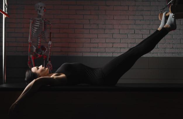 A mulher pratica pilates. fitness e esportes