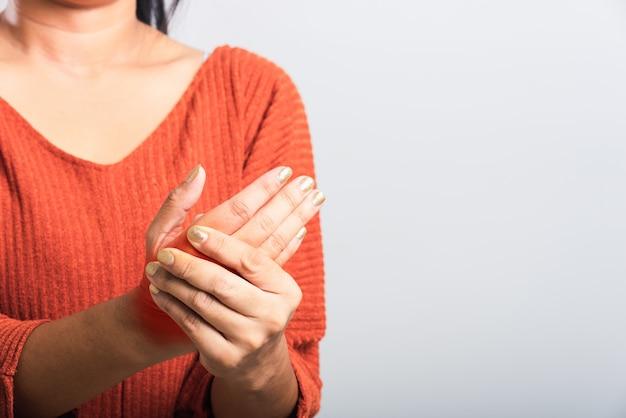 A mulher que ela segurando o pulso das mãos
