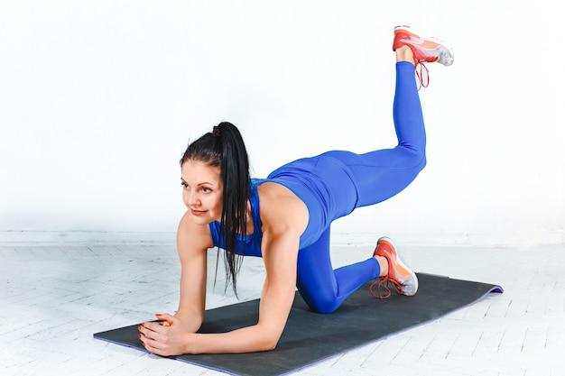 A mulher que treina em uma academia de um centro de fitness