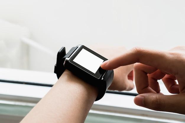 A mulher que usa o pulso de disparo digital do toque na exposição e na tecnologia avança em uma comunicação.