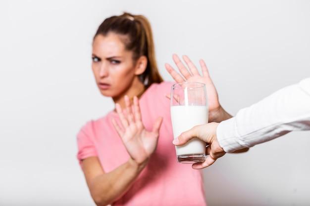 A mulher sente-se mal, tem uma dor de estômago, inchaço devido à intolerância à lactose. leite intolerante.