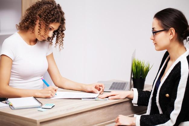 A mulher suborna o envelope para uma solução bem-sucedida