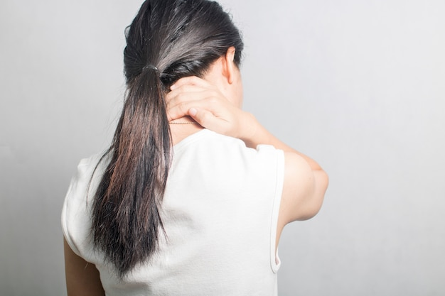 A mulher tem dor no pescoço e dor
