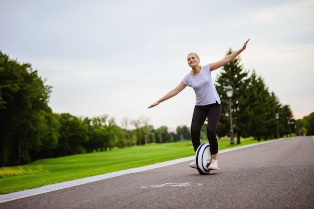 A mulher tenta manter seu equilíbrio na roda monowheel.