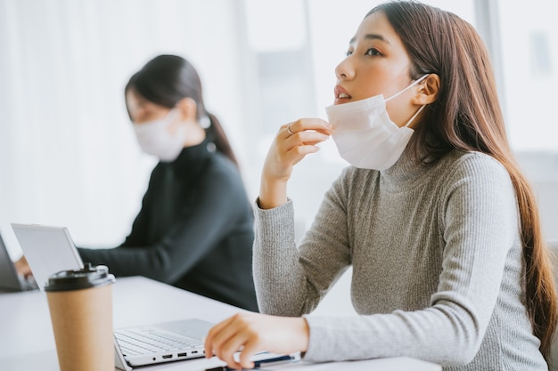 A mulher teve que tirar a máscara para respirar depois de ter que usá-la por muito tempo