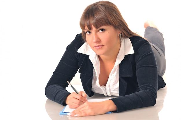 A mulher toma uma nota no caderno