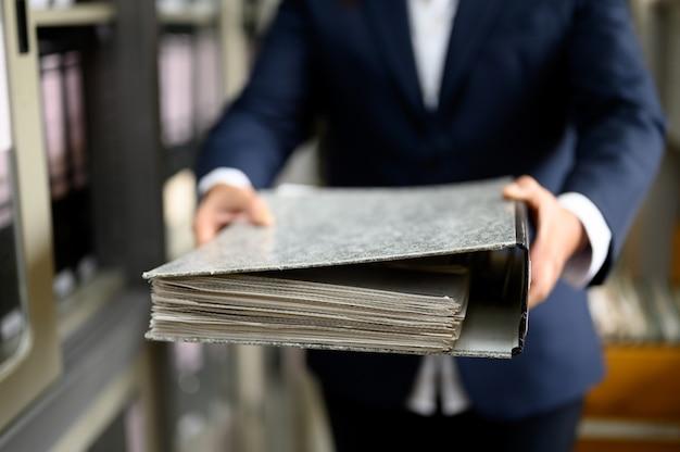 A mulher trabalhadora consegue encontrar documentos do escritório