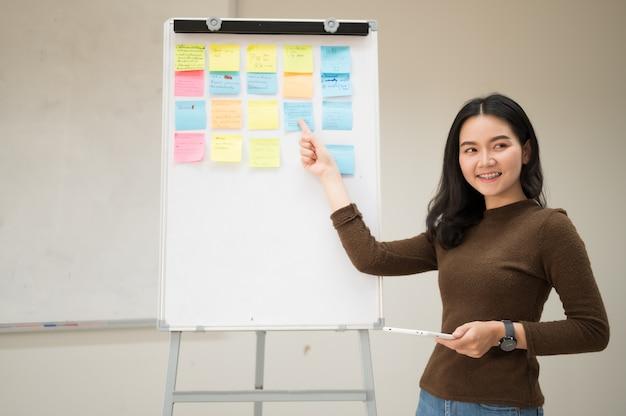 A mulher trabalhadora está oferecendo seu trabalho de marketing aos clientes