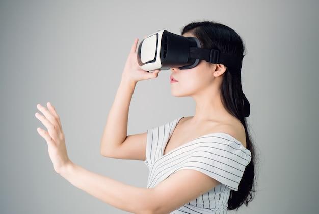 A mulher usava um fone de ouvido de realidade virtual que simula, a realidade e olhou para cima.