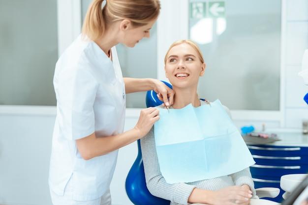 A mulher veio à clínica odontológica.