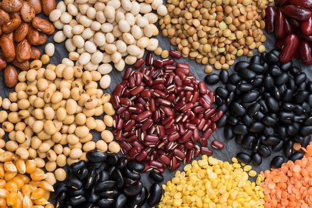 A multi cor secou leguminosa para o fundo, feijão seco diferente para comer saudável.