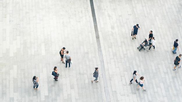 A multidão da vista superior de povos anda no pedestre da rua do negócio na cidade.