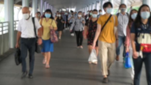 A multidão está usando máscaras protetoras para prevenir o coronavírus