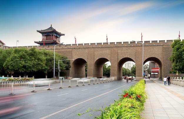 A muralha da cidade de xi'an é a muralha da cidade antiga mais completa da china.