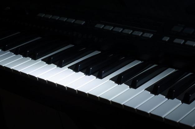A música do sintetizador no escuro