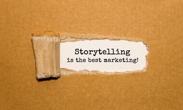 A narração de histórias em texto é o melhor marketing que aparece atrás do papel marrom rasgado