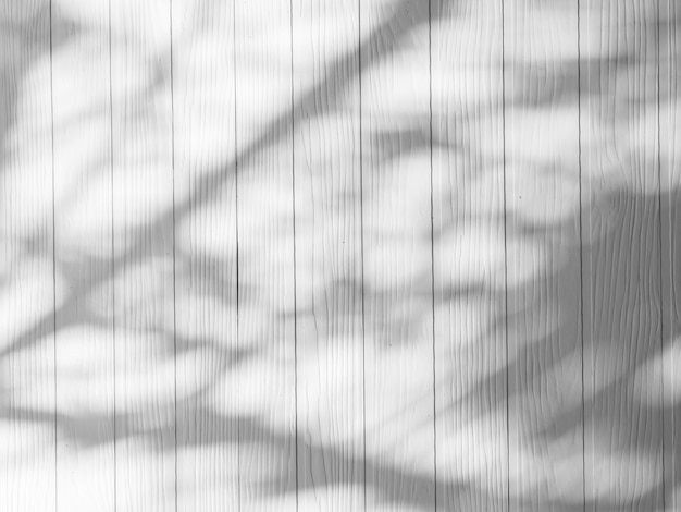 A natureza abstrata das sombras das folhas e o fundo de madeira refletem sobre as paredes brancas, pode colocar sua maquete ou desenho aqui